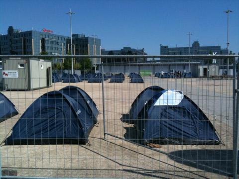 In Reih und Glied im Zeltcamp. Da passt es auch, dass die Bundeswehr Aussteller war.